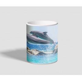 Óceán felett lencsevégre kapott delfineket ábrázoló delfines bögre