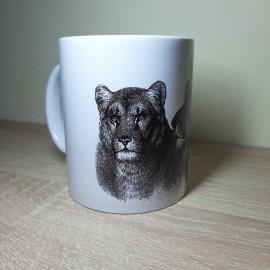 Fekete vonalas rajzolással készült oroszlános bögre