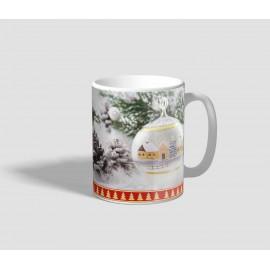 Havas fenyőágas hátterű, gömb díszes karácsonyi bögre