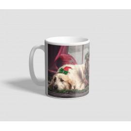 Szarvas agancsos, ünnepi díszbe öltözött kutyákat ábrázoló karácsonyi bögre
