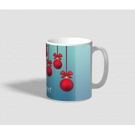 Kékes hátterű, lelógó piros gömbdíszes karácsonyi bögre