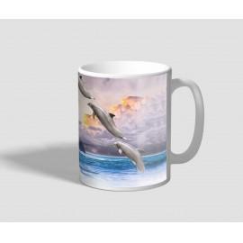 Félkörben felugró delfineket ábrázoló delfines bögre