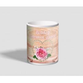 Tulipánnal és rózsával díszített, szíves valentin napi bögre