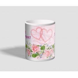Rózsákkal, és két összefonódott szívvel díszített valentin napi bögre