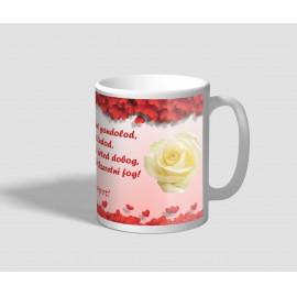 Szívekkel, és fehér rózsával díszített, idézetes nőnapi bögre
