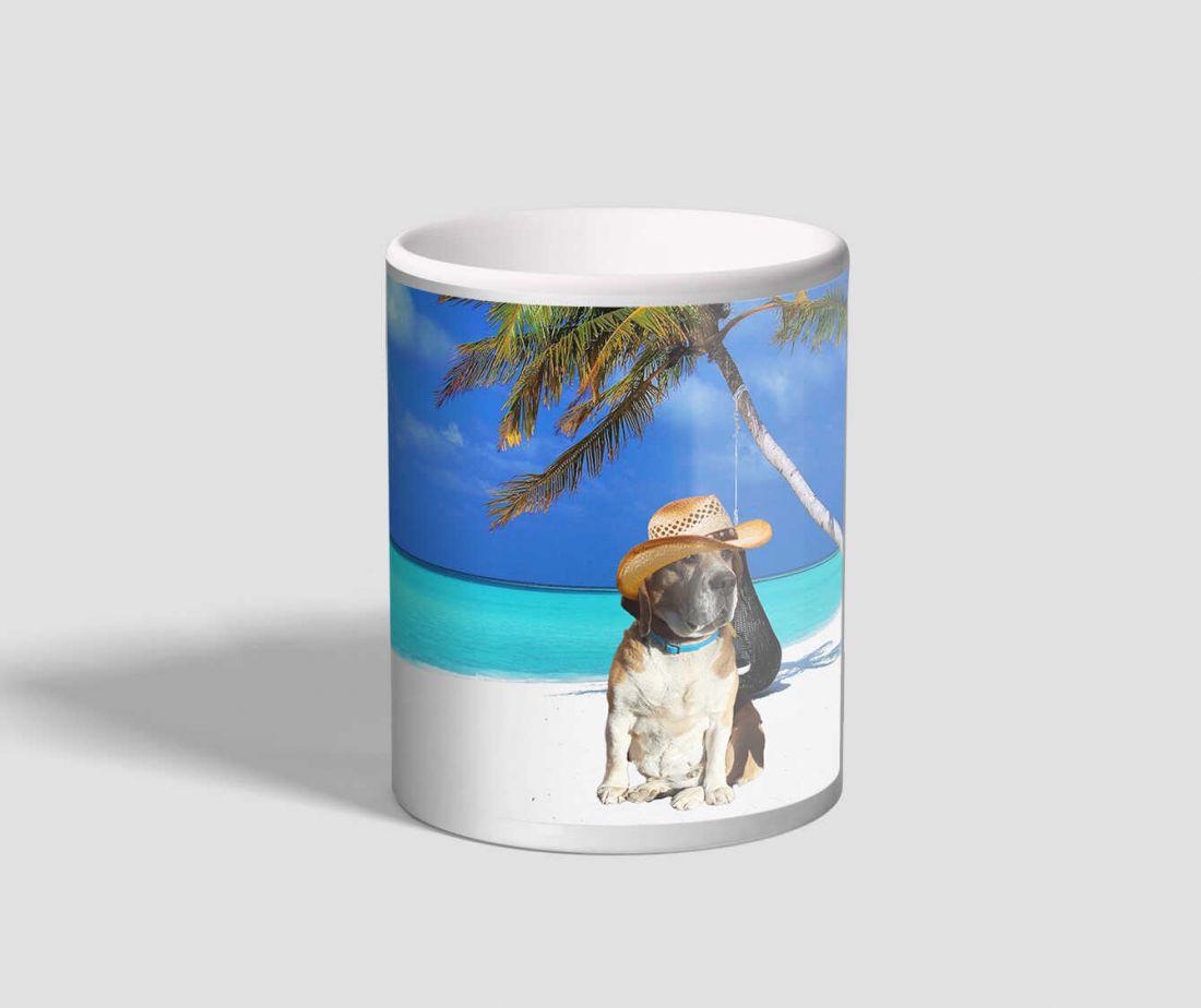 Tengerparton nyaraló beagle-t ábrázoló kutyás bögre