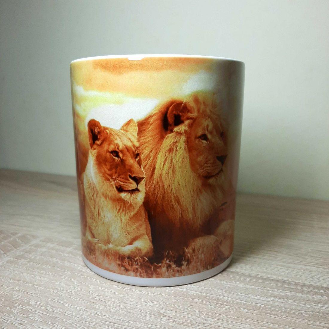 Szavannai naplementében pihenő oroszlános bögre