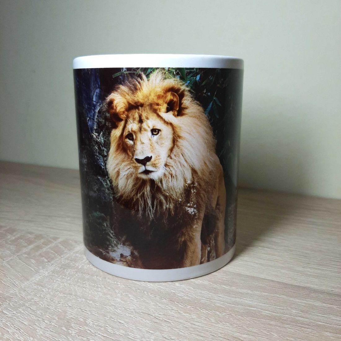 Sűrű erdőben figyelő oroszlános bögre