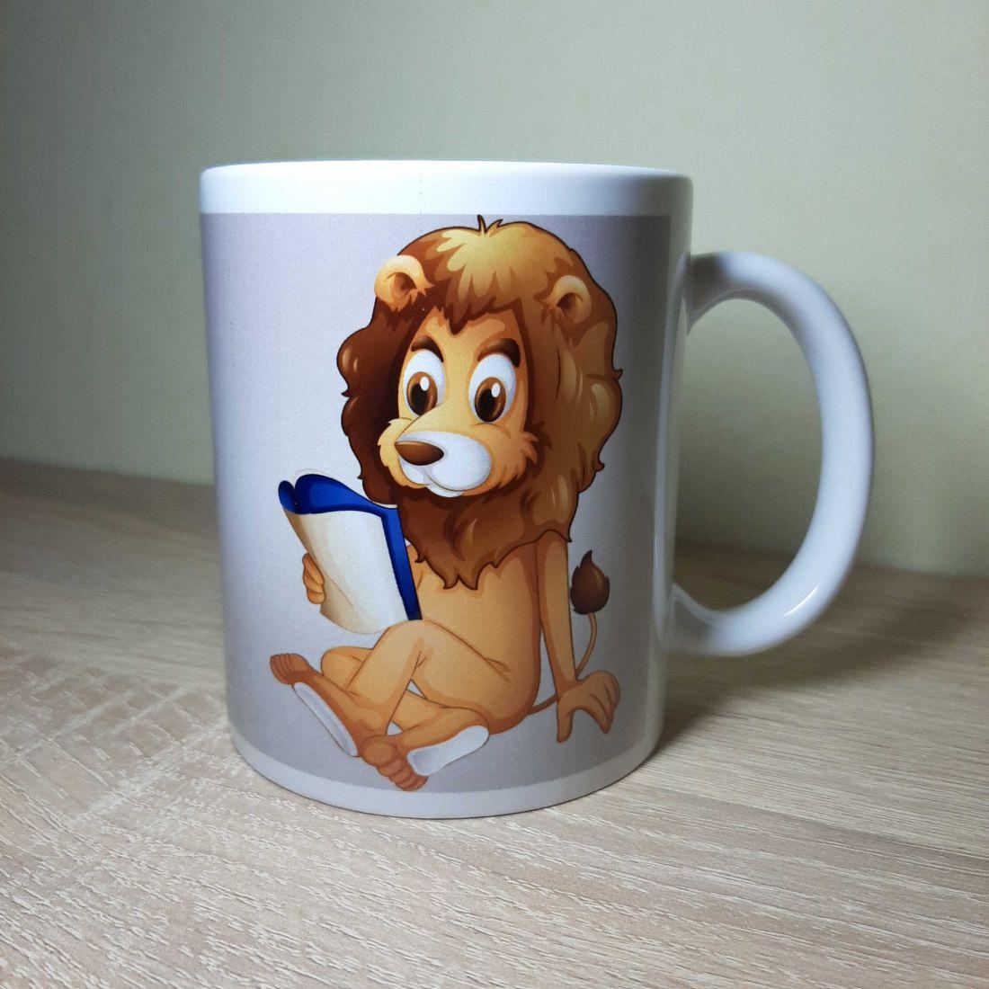 Szürkés hátterű, könyvet olvasó oroszlános bögre