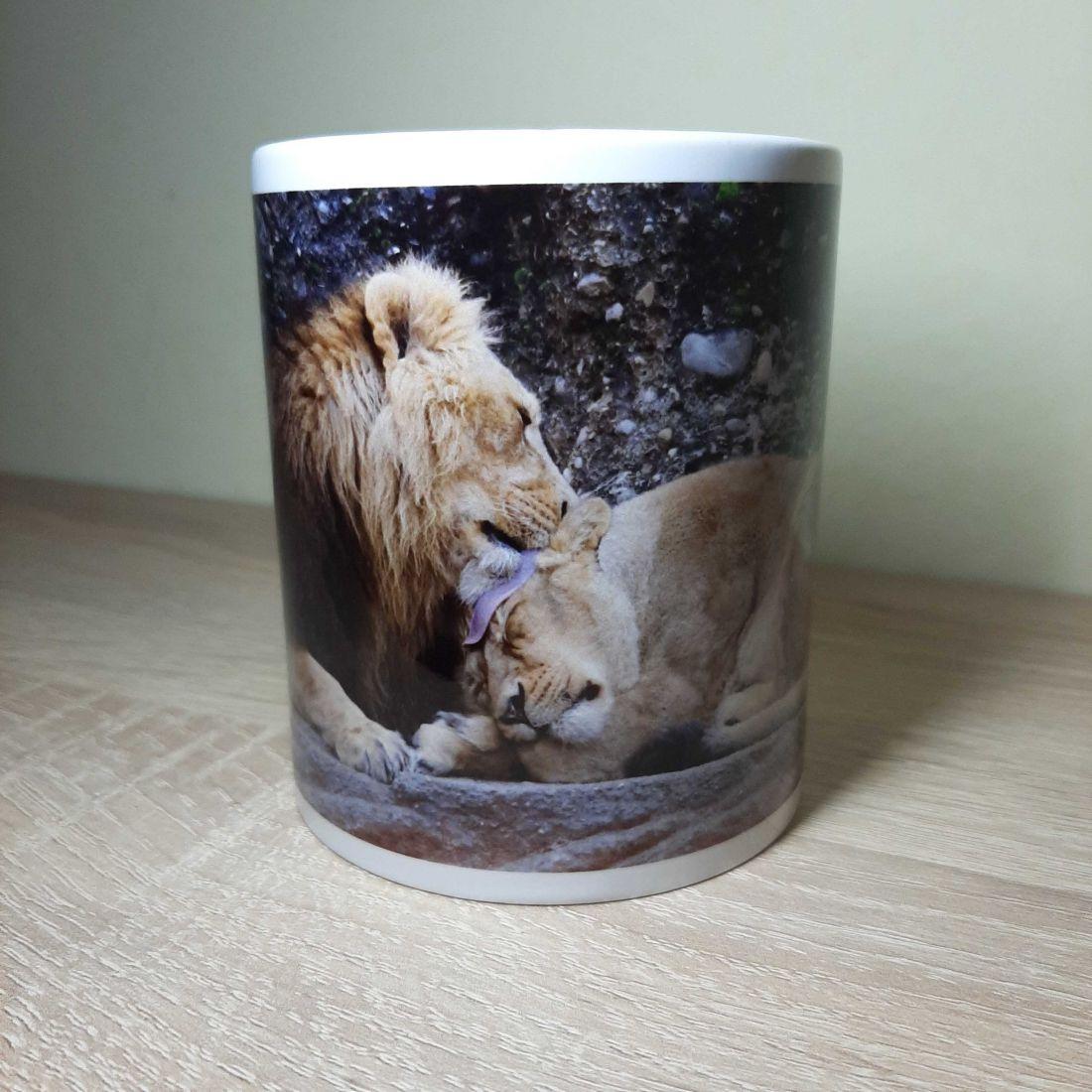Párját mosdató oroszlános bögre