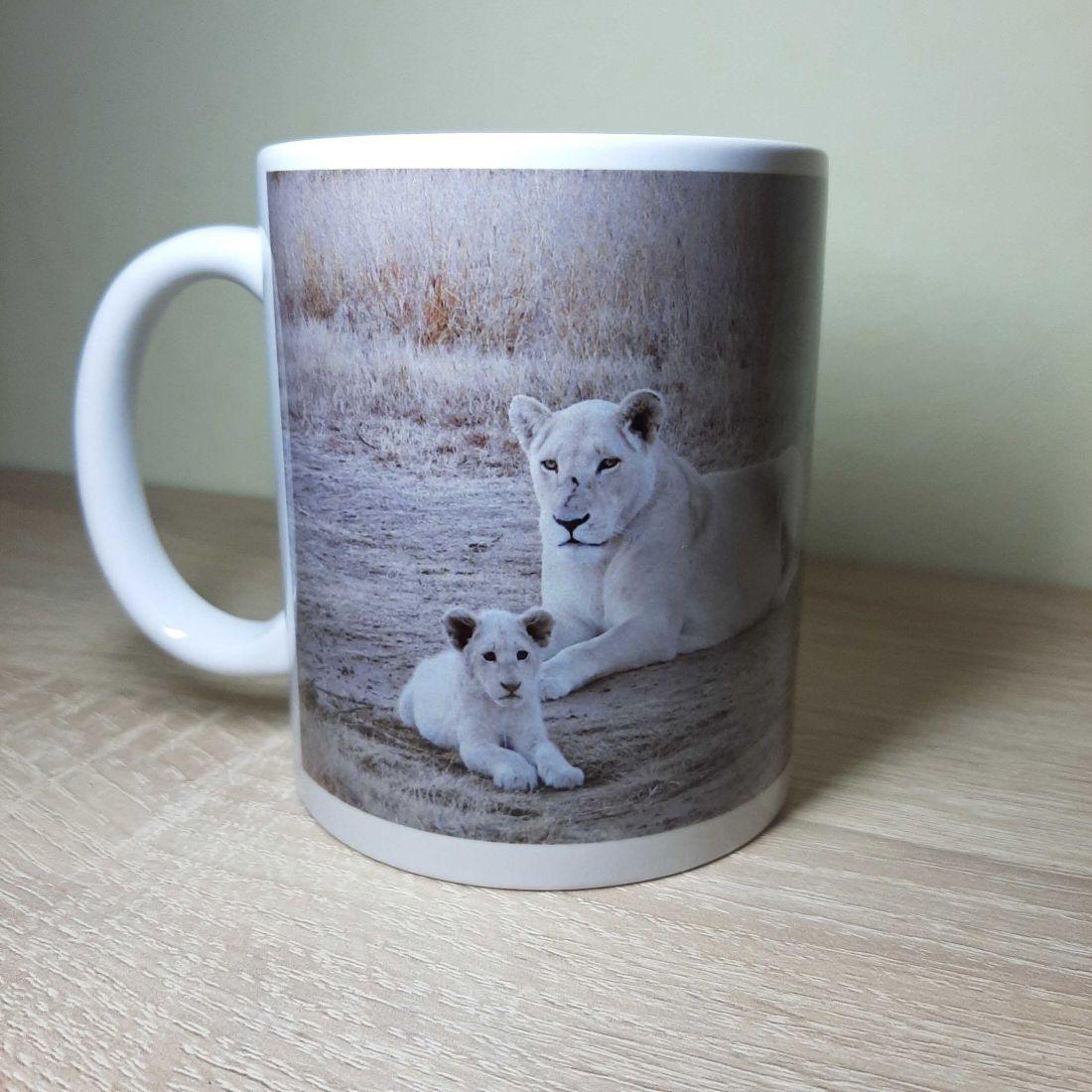 Békésen pihenő fehér oroszlános bögre