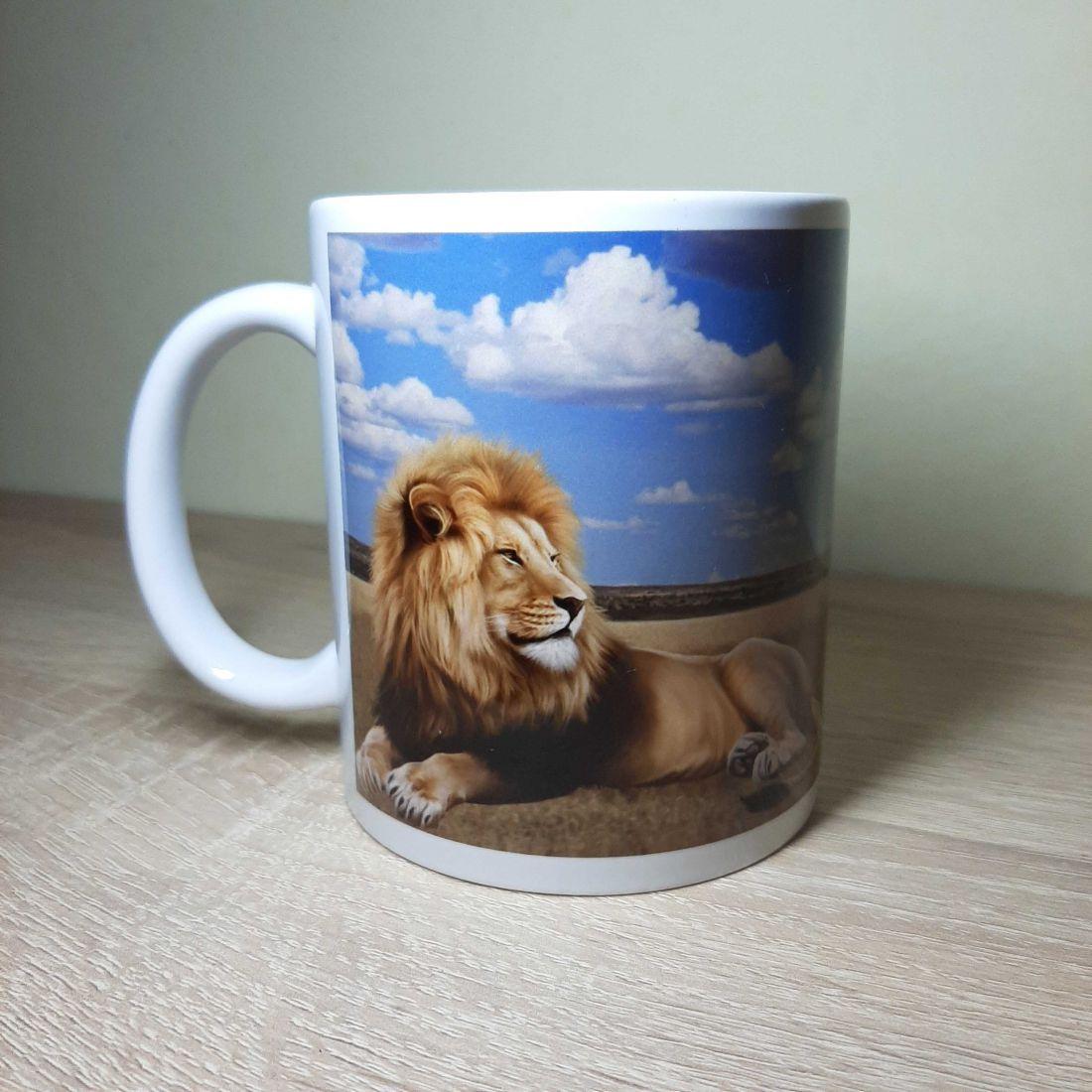 Szavannai felhős hátterű oroszlános bögre
