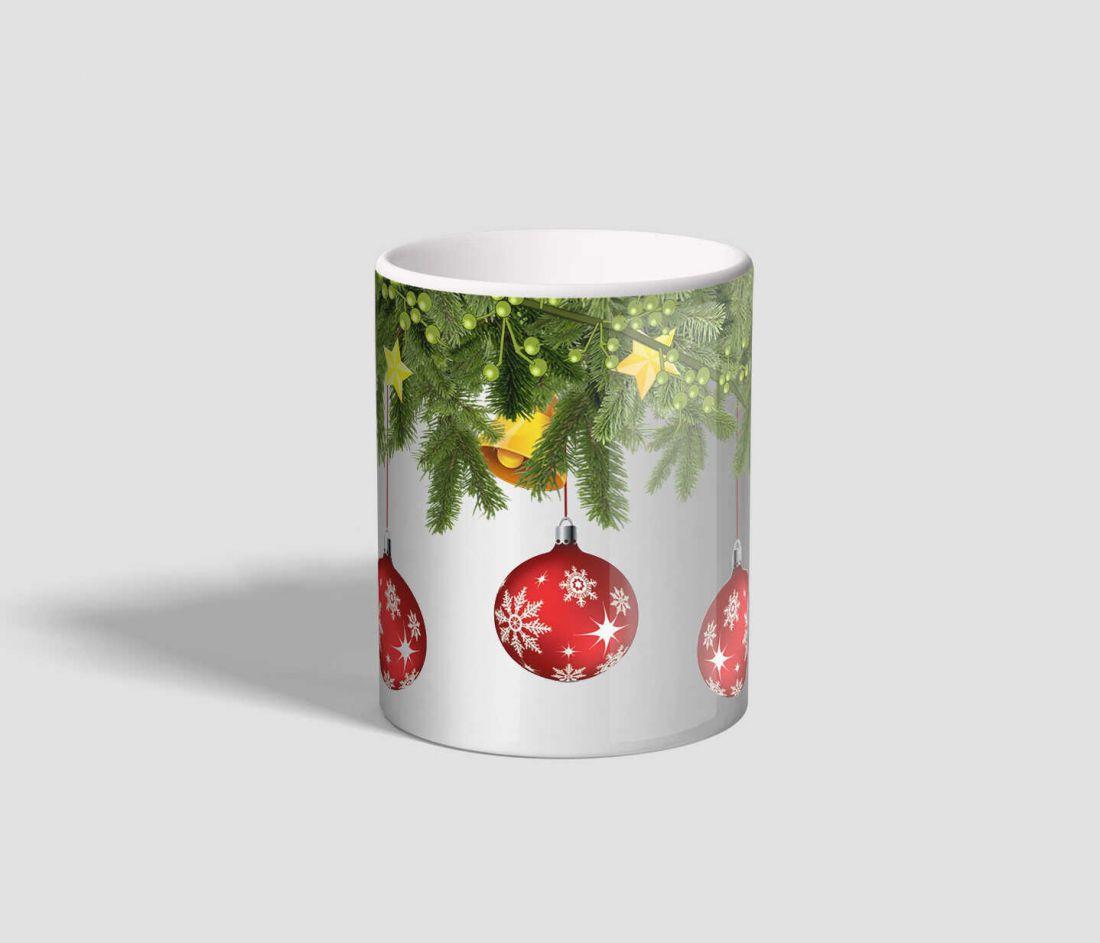 Fenyő ágakról lelógó gömbökkel díszített karácsonyi bögre