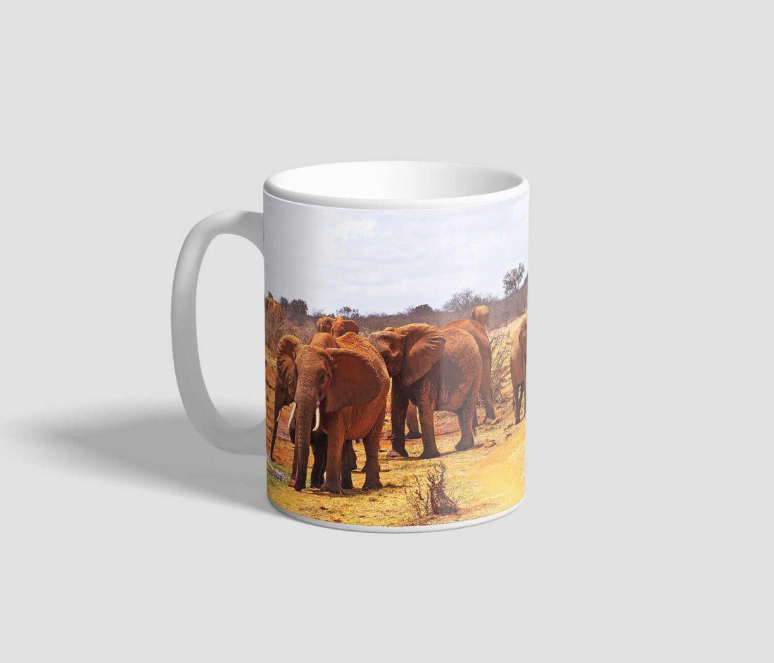 Szavannán vonuló elefánt csordát ábrázoló elefántos bögre