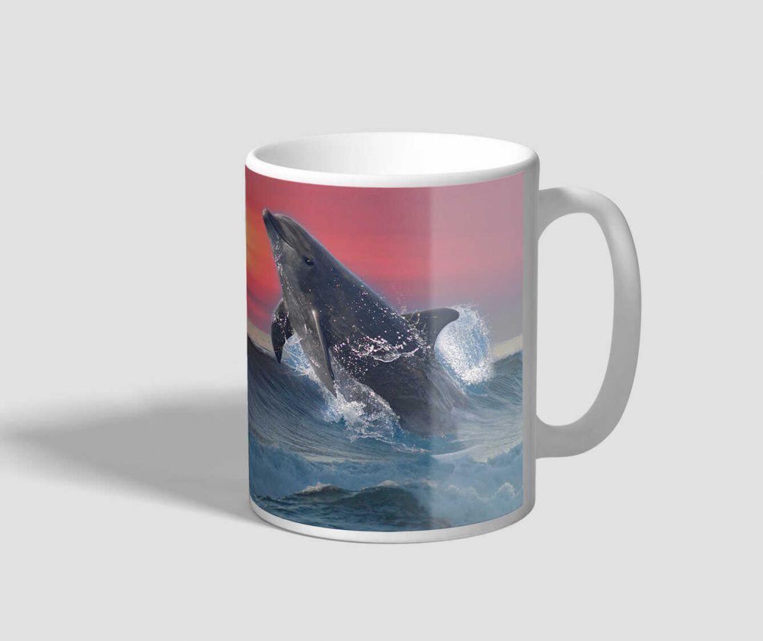Naplementében felugró delfint ábrázoló delfines bögre