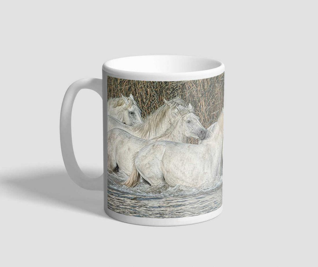Vízben sétáló fehér lovas bögre