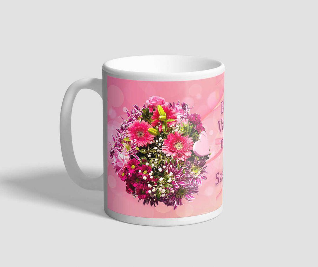 Gyönyörű virágcsokorral díszített, rózsaszín hátterű valentin napi bögre