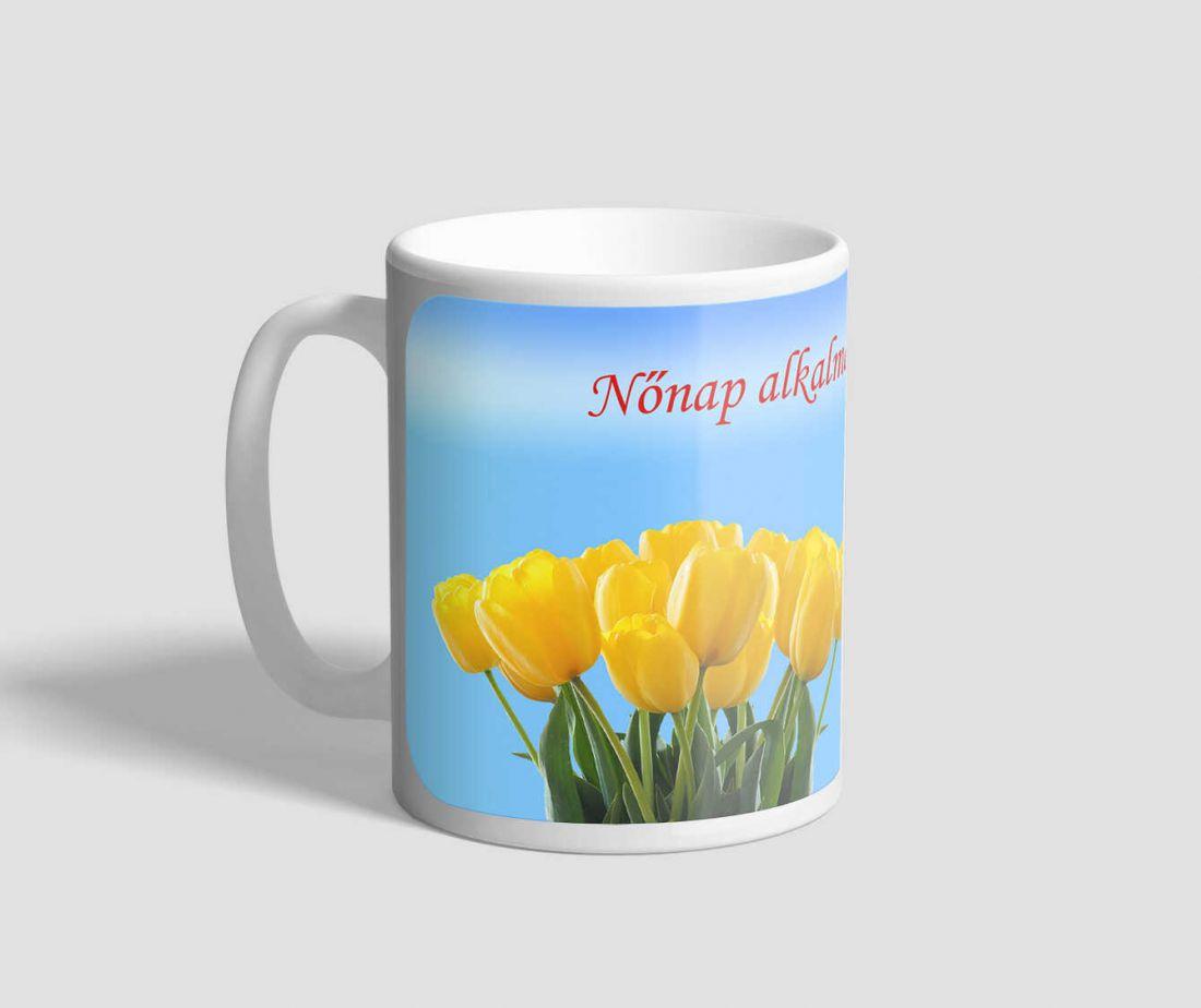 Kékes hátterű, citromsárga tulipános nőnapi bögre